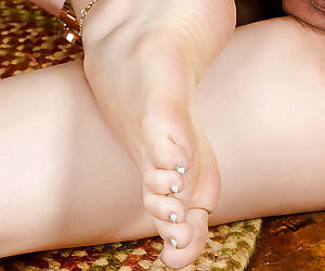 Nude asian girl showcasing her shaved gash and sexy feet in close up