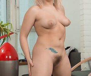 Chubby amateur Jill removes her sleeper before toying her all natural pussy