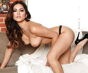 Big tits Indian milf Sunny Leone is showing her natural big tits