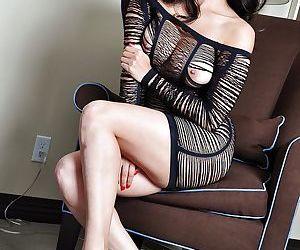 Indian pornstar Sunny Leone reveals her stunning milf body