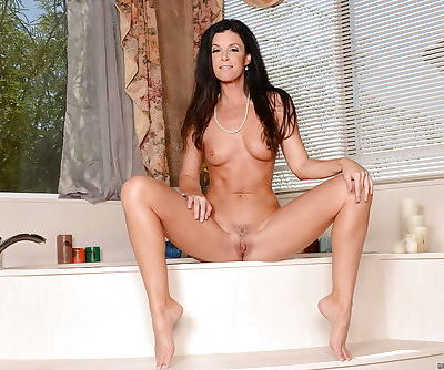 Curvaceous mom India Summer shows her intimate sexual desires