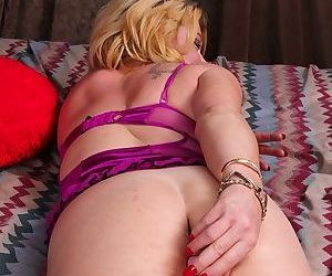Milf Kelsey Johnson is masturbating her tight accurate vagina