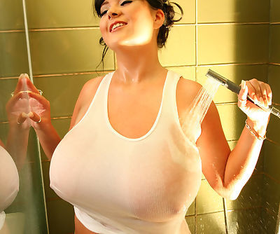 Busty girlie Rachel Aldana wets her shirt in the shower to show tits