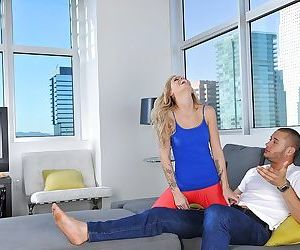 Young blonde hottie Jessa Rhodes having feet and toes worshiped