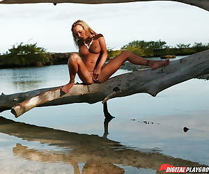Tanned blonde Devon is touching her accurate vagina in the water