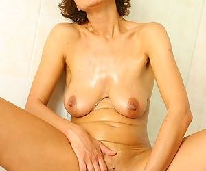 Hot older woman in bath with nice tits spreading shaved pussy