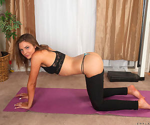 Teen unskilful Shyla Ryder slides will not hear of yoga pants over will not hear of phat ass