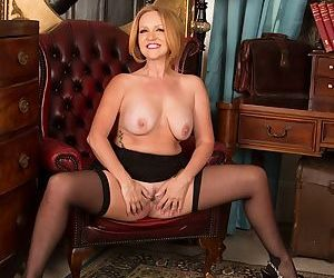 Mature blonde Goldee Monroe shows us her accurate trimmed vagina