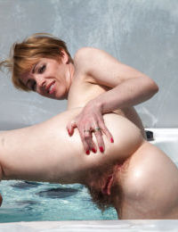 Amateur mature shows off her hairy pussy in the doggystyle pose