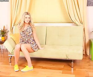 Sexually addictive amateur teen babe Jessica fluffs her shaved kitty