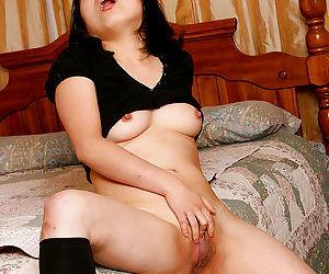 Amateur Asian model Mini spreading hairy vagina in bedroom