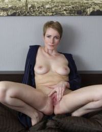 Short haired mature lady Sweet Nensy delves fingers into her wide open snatch