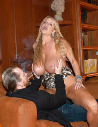 Kelly Madison pleases her boyfriend with an perfect blowjob