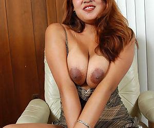 Amateur model Kiya spreading legs to masturbate hairy Asian pussy