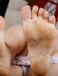 Barefoot aged Latina Lisa Smith stretching cunt lips of hairy vagina