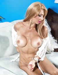 Buxom older babe Lyla Lali sporting anal gape while masturbating