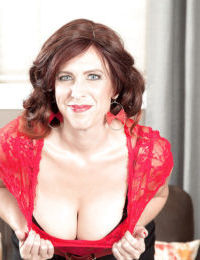 Mature brunette babe Susanna Adams unleashing large saggy breasts