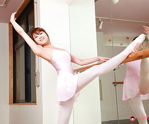 Young Asian dancer Ririka Suzuki stretches about the buff about like a shot to bare trimmed muff