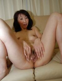 Mako Shinozuka reveals her amazing Asian boobies and hairy pussy