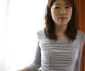 Asian MILF Miwa Nakazaki gets dreadful and has some pussy vibing divertissement