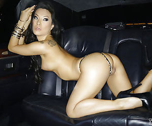 Tanned Asian pornstar Asa Akira shows her naked booty in the car