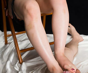 Japanese woman concerning serve slowly strips to rub-down the paws to nearly a hot footjob