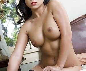 Juggy babe Kayme Kai taking off her lingerie and fingering her gash
