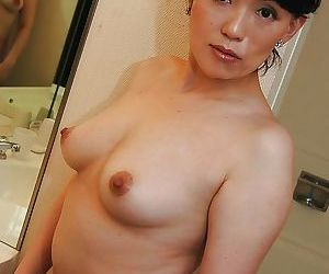 Asian MILF Misuzu Masuko good-looking shower plus persiflage her hairy cunt