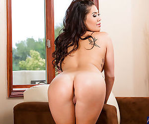 London Keyes gets rid of her lingerie and showcasing her tempting curves