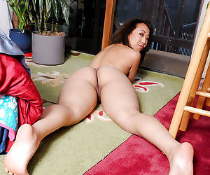 Divine amateur Asian babe Mandi Miami is keen on spreading her lips