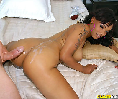 Ebony milf Porsha Carrera is spreading ass for hardcore ass fucking