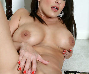 Brunette mature babe Lola Lynn pulls down her clothes shows big tits and pussy