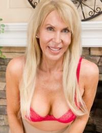 Pretty mature Erica Lauren needs to play with her pussy right now