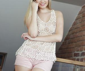 Masturbating scene featuring blonde pornstar Holly Anderson