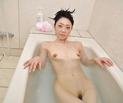 Saeko Kojima is revealing her wet pussy while taking a bath
