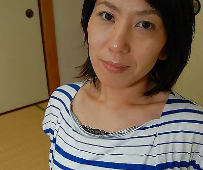 Splendid Asian brunette babe Masako is ready to take a hot bath