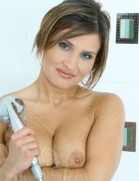 Sexy mature Valentina Rush poses naked in the bathroom on cam