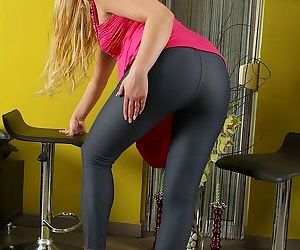 Blonde amateur peels off her leggings and underwear to model in the nude