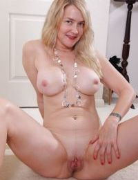 Older MILF Eva Griffin baring big boobs on her way to modeling in the nude