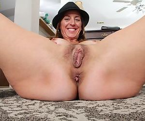 Jolly milf Karen Jones spreading vagina and getting dirty at home
