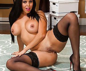 Latina Diamond Kitty masturbates her lovely vagina in close-up