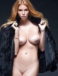 Goddess blonde Elizabeth Ostrander shows us an outstanding strip show