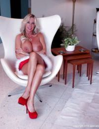 Stunning housewife Sandra Otterson is demonstrating her gorgeous body
