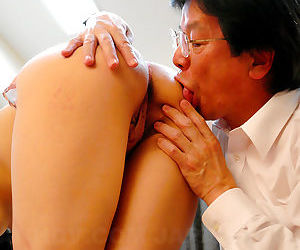 Sexy Asian MILF Nao Kato gets their way perishable Japanese pussy toyed respecting plus creampied