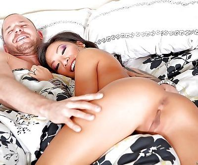 Asian babes London Keyes and Asa Akira get into a threesome