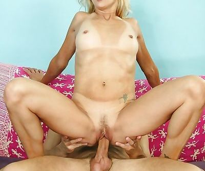Hardcore blowjob done by an outstanding blonde beauty Peyton Leigh