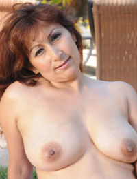 European mature slut with big ass unressing and showing her body