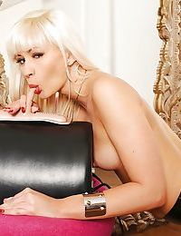Sensuous blonde chick gives us a steamy show with a Sybian machine