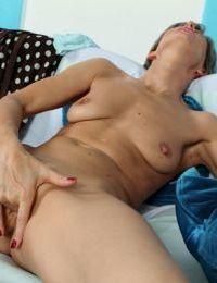 Mature babe Melanie masturbating her aged sex box vigorously