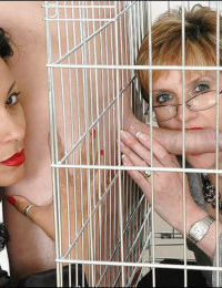 Caged mature fetish lady spends some good time with her friends